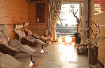 Liegen und stimmungsvolles Licht im Zen Ruheraum