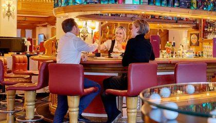 Mann und Frau sitzen an der Bar