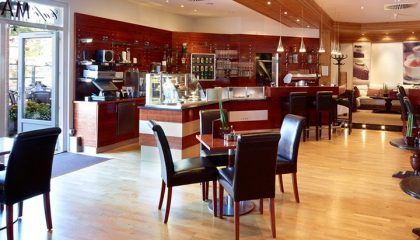 Tische und Stühle im Cáfe Max 2