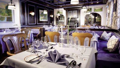 Fein gedeckte Tische im blauen Restaurant