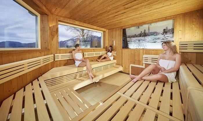 Drei Frauen entspannen in der Sauna