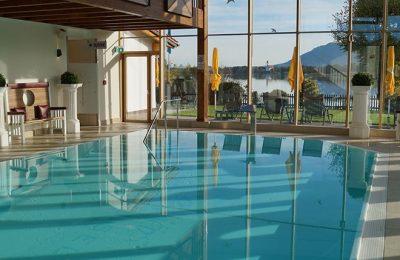 Großes Schwimmbad mit Glasfassade