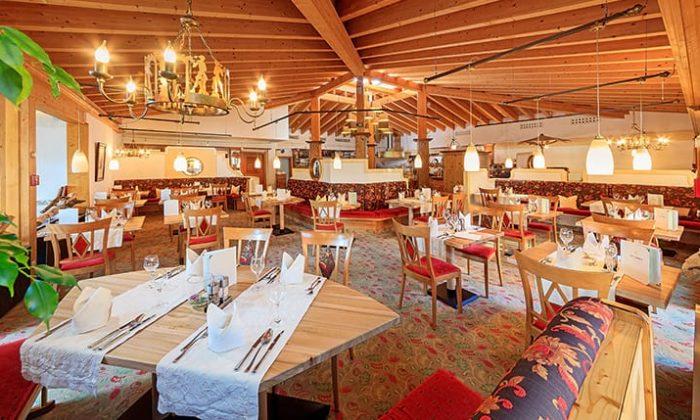 Tische im Restaurant im Hotel Sommer