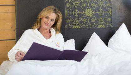 Frau liest im Bett