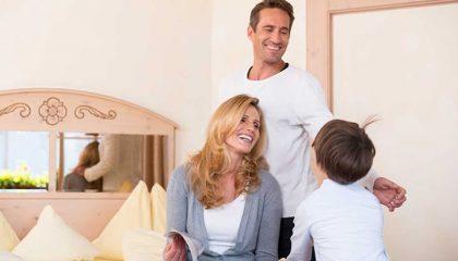 Mutter, Vater und Kind im Familienzimmer