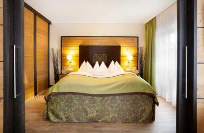 Bett von vorne in einer Suite