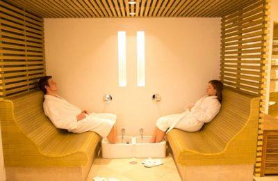 Paar entspannt im Fußbadebecken