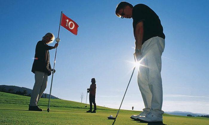 Menschen spielen gemeinsam Golf