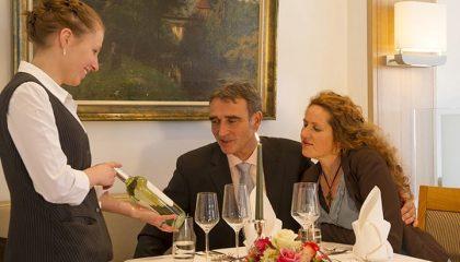 Paar im Restaurant begutachtet Wein