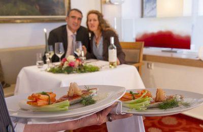 Paar mit Vorspeise im Restaurant
