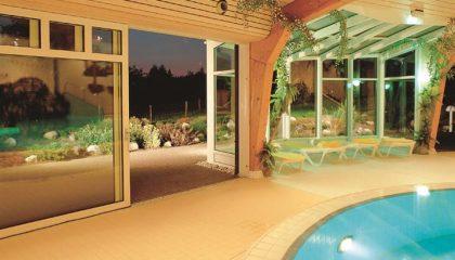 Blick vom Pool nach draußen am Abend