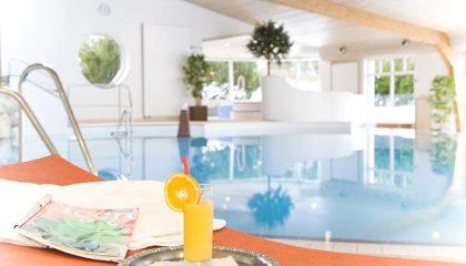 Gelber Drink neben dem Indoor Pool