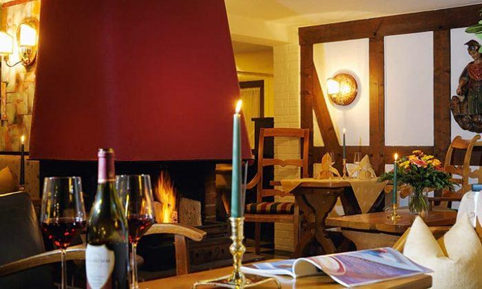 Gedeckter Tisch bei Kerzenlicht im Restaurant