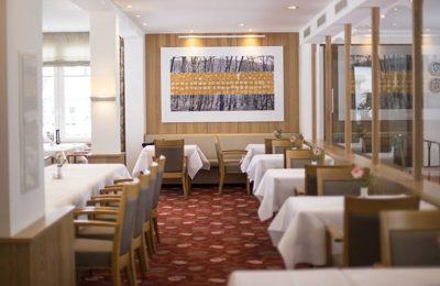 Zahlreiche Tische im Restaurant am Tag