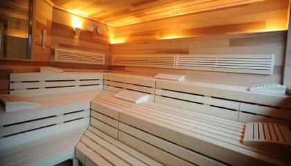 Sauna aus hellem Holz