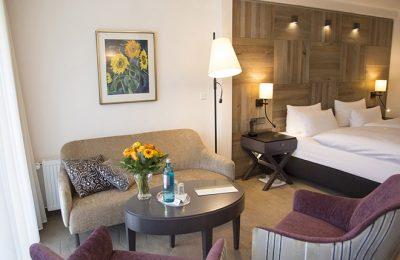 Bett und Wohnraum in der Suite Comfort