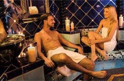 Paar genießt Dampfbad