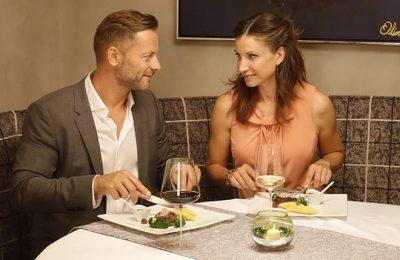 Paar genießt romantisches Dinner