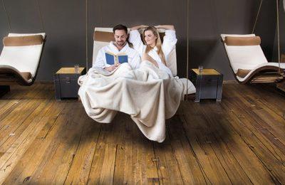 Paar relaxt nach Saunagang