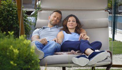 Paar entspannt auf Schwebeliege