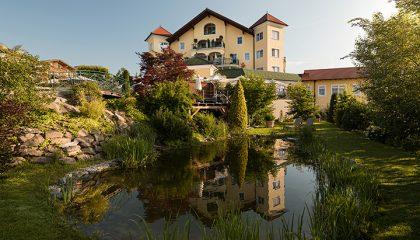 Blick auf das Hotelgebäude vom Natursee aus