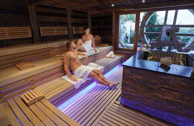 Paar entspannt in beleuchteter Sauna