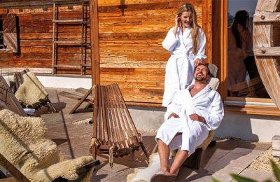 Paar erholt sich nach Saunagang