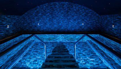 Blau beleuchtetes Solebad
