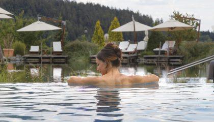 Frau erholt sich im Infinity Pool