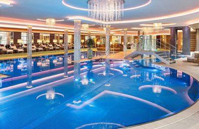 Großes Hallenbad mit mehreren Schwimmbecken