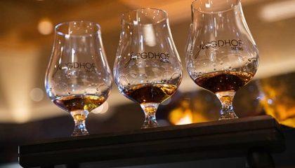 Whiskeygläser gefüllt mit Whiskey