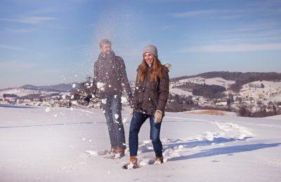 Paar macht Winterwanderung