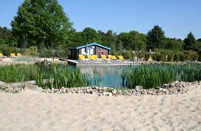 Naturbadesse neben kleiner Hütte