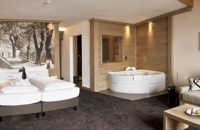 Wohnraum mit Badewanne in der Juniorsuite