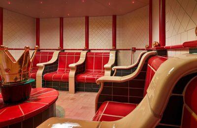 Rote Sitzgelegenheiten im Dampfbad