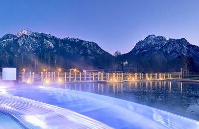 Pool vor Bergpanorama im Winter