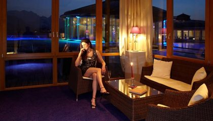 Frau im Abendkleid in Lounge