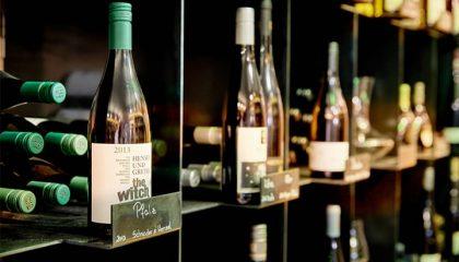 Mehrere Weinflaschen in der Nahaufnahme