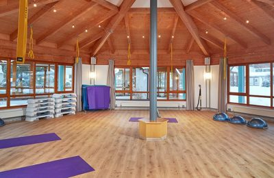 Yoga unter rundem Dach