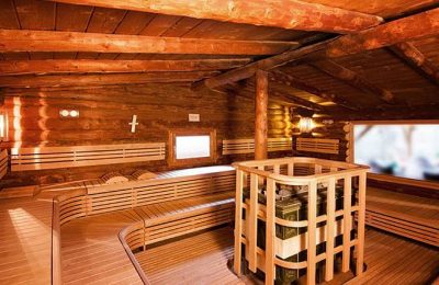 Blockhaussauna mit viel Holz