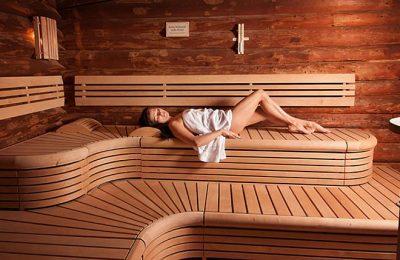 Frau genießt Saunagang