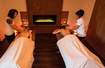 Zwei Frauen erhalten parallel einen Massage