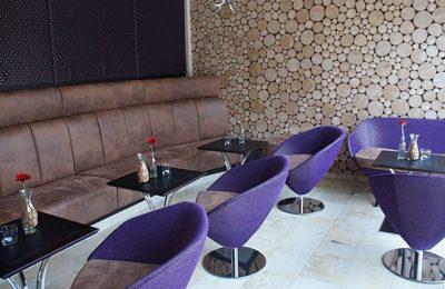 Runde lilafarbende Stühle in der Lounge