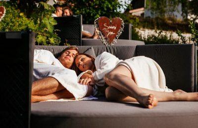 Paar entspannt in Liegemuschel