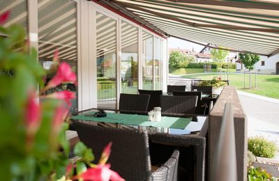 Überdachte Terrasse mit Tischen