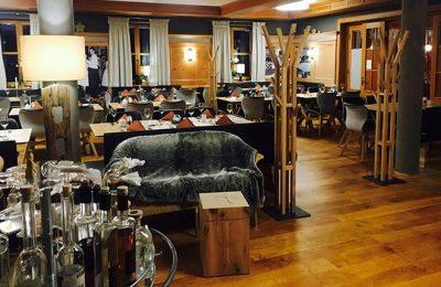 Restaurant mit schwarzen Möbeln
