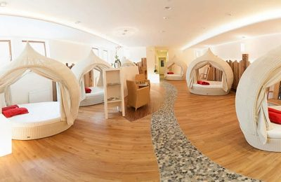 Runde weiße Betten in Ruhezone
