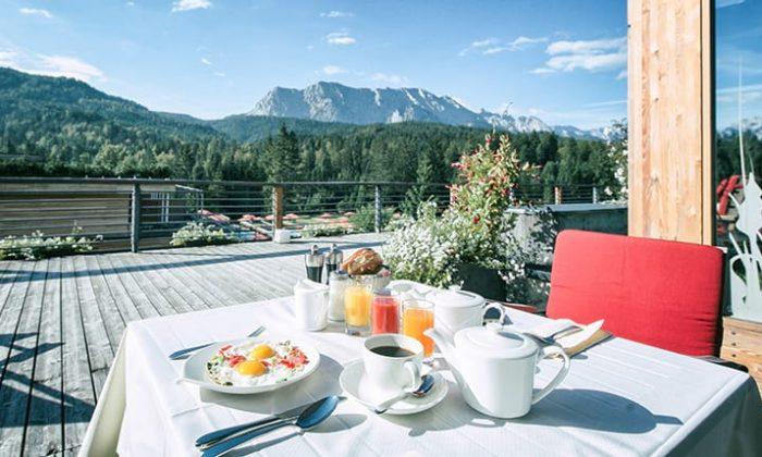 Gedeckter Frühstückstisch vor Alpenpanorama