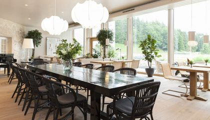 Feiner schwarzer Tisch mit Stühlen in der Kräutergartenlobby