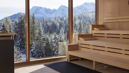 Sauna mit Ausblick auf Bäume im Winter